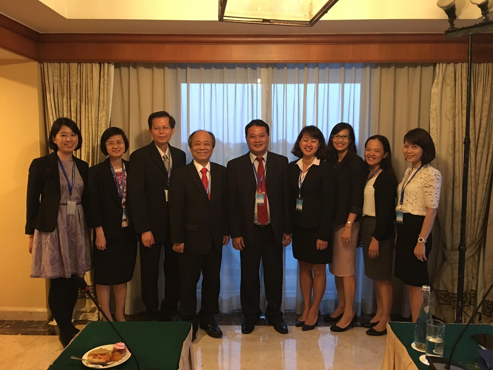 本公司總經理林銘寬(左4)、副總經理蘇財源(左3)與越南存保機構董事長Mr. Quang Huy Nguyen(右5)進行雙邊會議,會後合影。