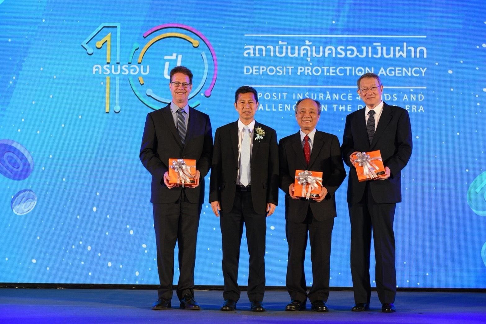 本公司總經理林銘寬(右2)、IADI主席Katsunori Mikuniya (右1)及秘書 長David Walker (左1)與泰國存款保障機構總經理Mr. Satorn Topothai (左2)合影
