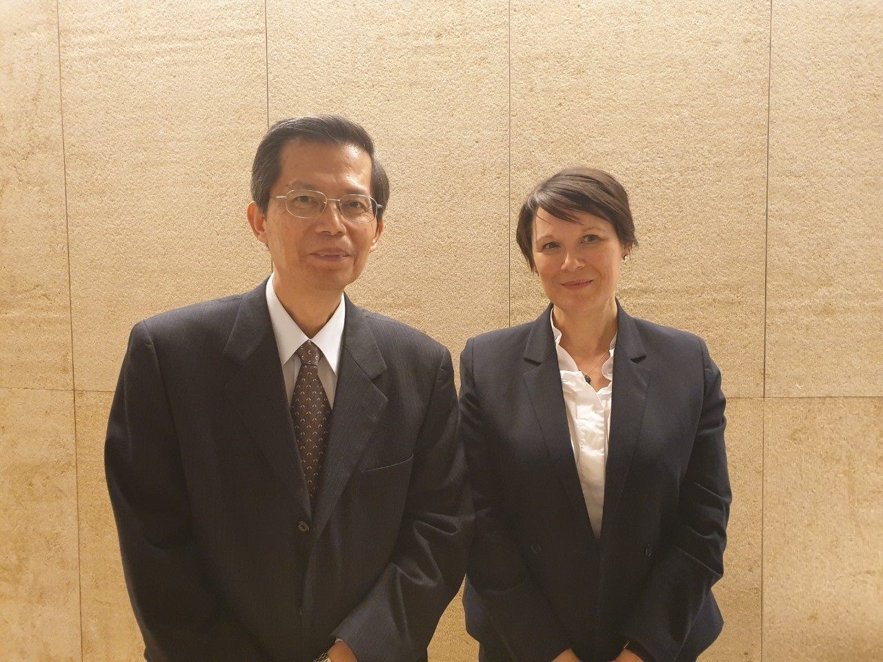 Photo of CDIC President Mr. William Su (left) and Senior Advisor of the FSI, Bank for International Settlements (host organization), Ms. Ruth Walters (right)